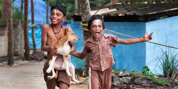 enfants et chiot en Inde