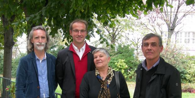 De gauche à droite : Fabrice Labadie (marketing Vetbiobank), Stéphane Maddens (CEO Vetbiobank), la propriétaire du chien Balou arthrosique traité par cellules souches et Eric Viguier (professeur en chirurgie à VetAgro Sup).