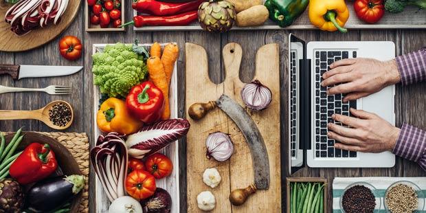 des légumes prêts à cuisiner sur une table