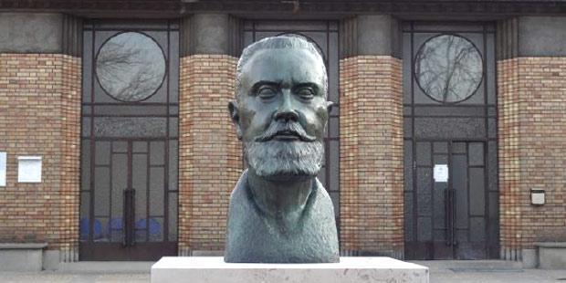 Buste de Gaston Ramon restauré en 2015 et repositionné devant le bâtiment Brion