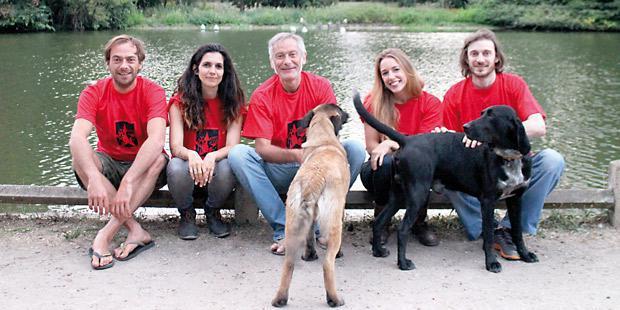L'équipe organisatrice du séminaire Dog Revolution: Kosma Brijatoff (membre d'un refuge d'aide aux vieux animaux), Charlotte Duranton (éthologue), Thierry Bedossa (vétérinaire), Sarah Jeannin (psychologue clinicienne, éthologue) et Antoine Bouvresse (vétérinaire).