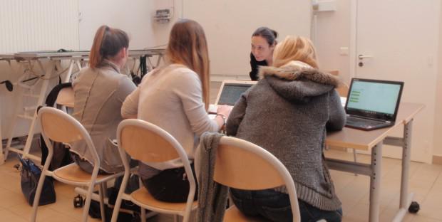 Etudiants de 3e année en train de discuter avec l'un des experts pendant la semaine de simulation de création de cliniques vétérinaires