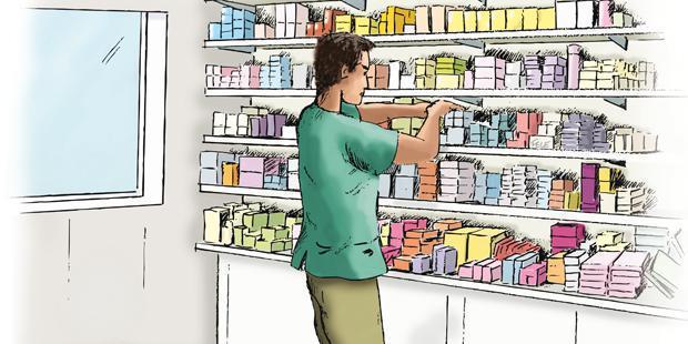 Un vétérinaire dans l'arrière boutique cherche dans le stock médicament.