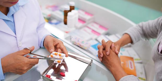 un pharmacien délivrant des médicaments à l'unité