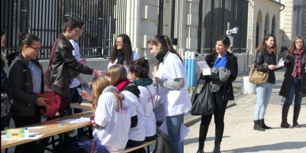 L'accueil des étudiants à l'entrée de l'école le 12 mars 2016