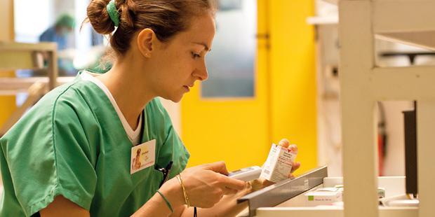 Vétérinaire vérifiant un médicament