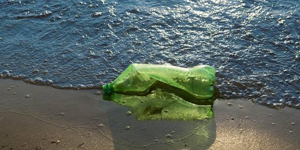 Bouteille plastique en mer