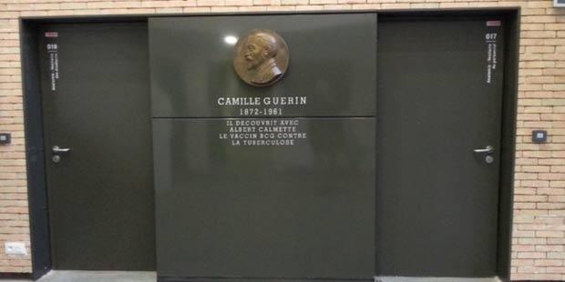 Médaillon de Camille Guérin dans le hall du bâtiment éponyme
