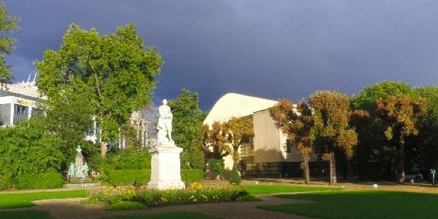 La cour d'honneur rénovée à la fin de l'été 2015, avec la statue de Bourgelat au premier plan, celle de Nocard au second plan ainsi que l'extrémité nord du CHUVA, l'hôpital.