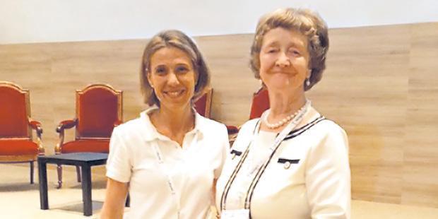 Karine Portier (professeure d'anesthésie à VetAgroSup et organisatrice du congrès), à gauche en compagnie  du Pr Hunter, anesthésiste et ex-éditrice du British Journal of Anaesthesiology.
