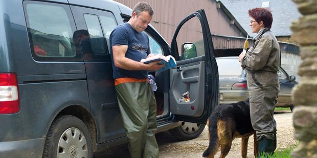 Vétérinaire avec un éleveur