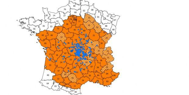 Carte représentant les départements de la zone réglementée pour la FCO (orange) et les foyers( een bleu)