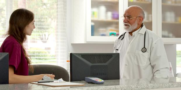 Clinicien en consultation