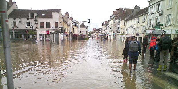 Le centre-ville inondé de Nemours, en Seine-et-Marne.