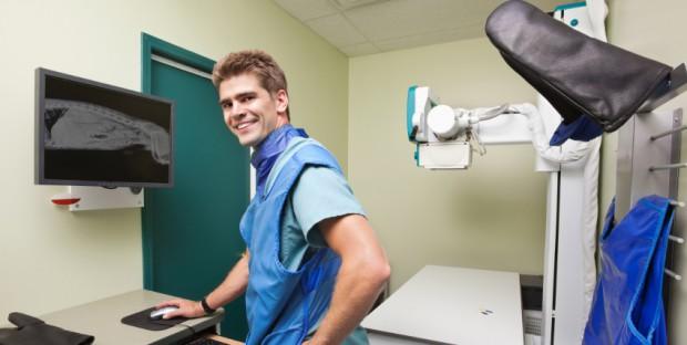 Vétérinaire en salle de radiologie