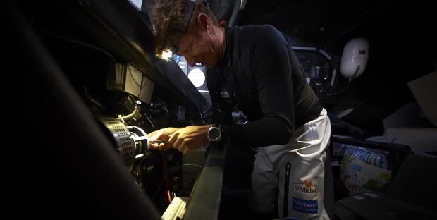 Vendée Globe Challenge, Océan Pacifique, Jean-Pierre Dick répare le chariot de la grande voile par 25 nœuds de vent.